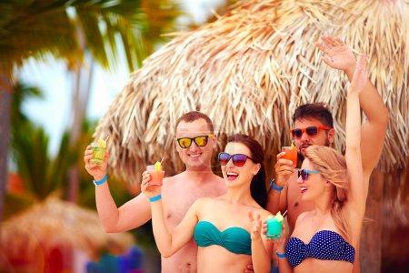 Photo pour Groupe d'amis heureux s'amuser sur la plage tropicale, partie de vacances d'été - image libre de droit