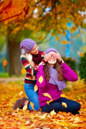 Foto de Amigos felices, niñas jugando en el Parque otoño vibrante - Imagen libre de derechos
