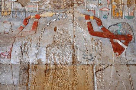 Photo pour Les dieux Thot et horus onction l'image illisible de Hatshepsut avec le don de la vie dans ancient Egyptian temple d'Amon à Karnak, Louxor en Egypte - image libre de droit