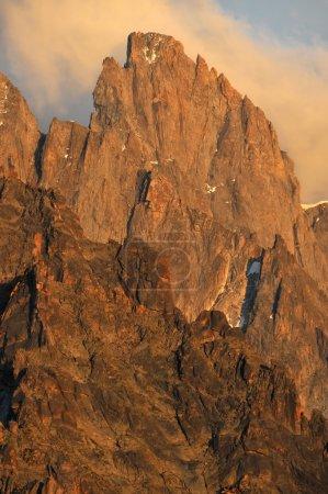 Photo pour La lumière du soir tombe sur l'Aiguille de Leschaux dans le massif du mont blanc au-dessus de Chamonix - image libre de droit