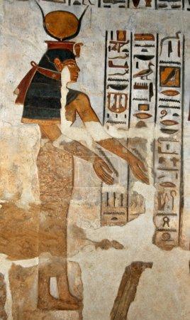 Photo pour Peinture relief magnifique de la hathor déesse égyptienne antique au temple de Khonsou, Louxor en Egypte - image libre de droit