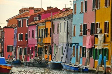 Photo pour Les célèbres maisons multicolores de l'île de Burano dans la lagune de Venise. Chaque maison nécessite l'approbation du gouvernement pour sa couleur particulière - image libre de droit