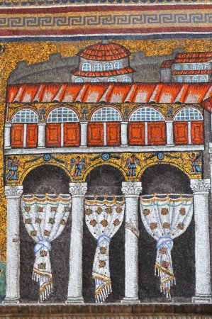 Photo pour Mosaïques classées par l'UNESCO du palais de Théodorique dans la basilique Saint-Apollinaire du IVe siècle à Ravenne, Italie. Y compris les mains étranges sur les piliers - image libre de droit