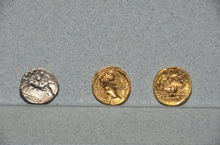 Photo pour Gold and silver coins from the reign of the roman emperor Augustus the first roman emperor. - image libre de droit