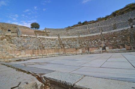 Photo pour Le théâtre grand romain antique d'Éphèse, où Saint Paul a donné son sermon célèbre et infructueux aux orfèvres - image libre de droit