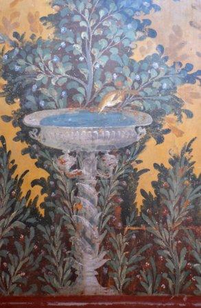 Photo pour Ancienne fresque romaine d'une scène de jardin, avec un oiseau buvant d'un élément d'eau décoratif - image libre de droit