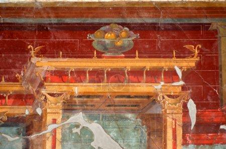 Photo pour Ancienne fresque romaine d'une beauté étonnante, montrant un bol en verre transparent fruit reposant sur un architrave gardé par des monstres ailés - image libre de droit