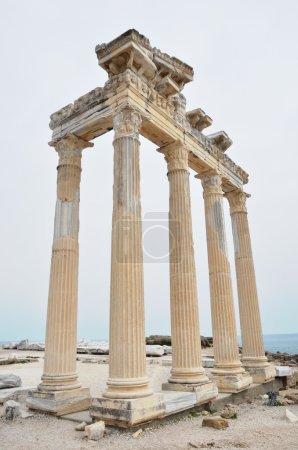 Photo pour Vestiges d'un temple grec de la mer - image libre de droit