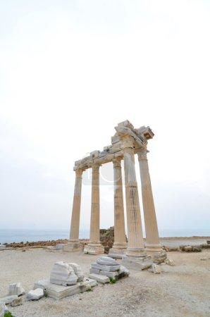 Photo pour Restes du temple grec antique au bord de la mer à l'ancienne ville de Side, Turquie - image libre de droit