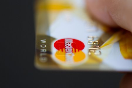 Foto de MOSCÚ, RUSIA-29 de julio de 2015: Hombre con tarjetas de crédito bancarias mastercard . - Imagen libre de derechos