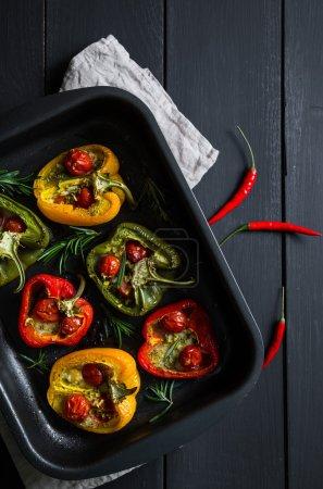 Foto de Pimientos rellenos de tomates cherry y mozzarella - Imagen libre de derechos