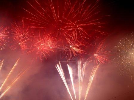 Photo pour Feux d'artifice pour accueillir le Nouvel An au centre-ville Manufacturing Lodz - image libre de droit