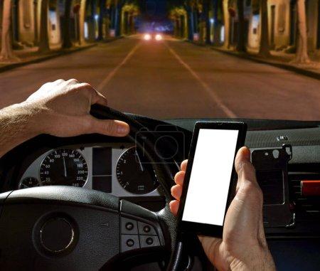 Photo pour Conducteur de voiture utilisant un téléphone portable pendant la conduite. - image libre de droit