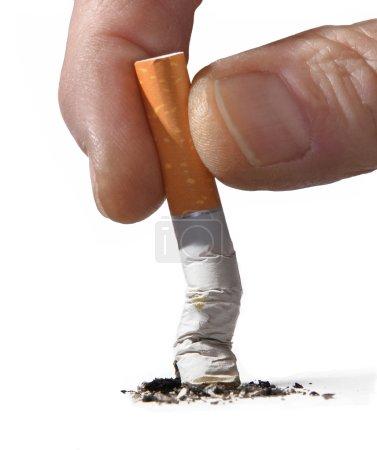 Photo pour Mâle main broking cigarette sur un fond blanc - image libre de droit