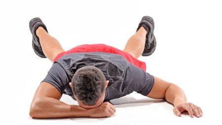 Photo pour Homme athlétique épuisé sur fond blanc. Homme qui pleure - image libre de droit