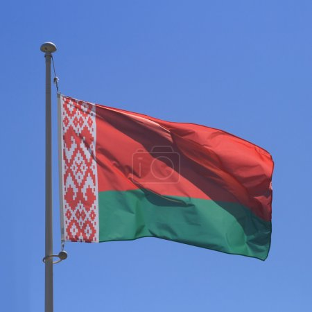 Photo pour Drapeau du Belarus sur ciel bleu, gros plan - image libre de droit