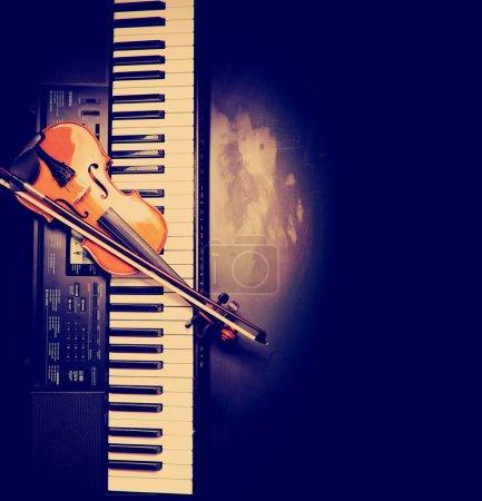 Photo pour Clés pour violon et piano sur fond noir - image libre de droit