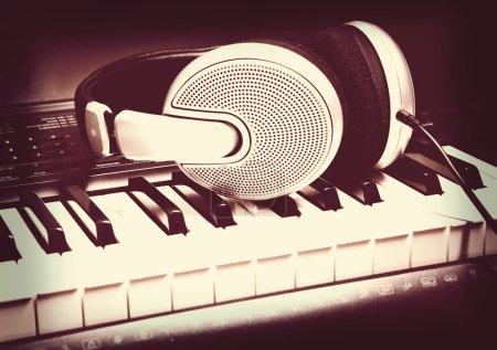 Photo pour Casque clavier synthétiseur musical. casque d'écoute piano électronique - image libre de droit