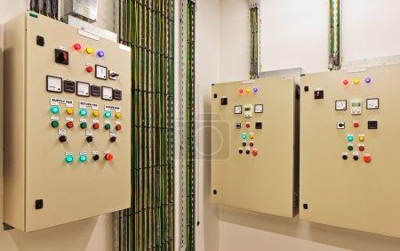 Photo pour Salles de contrôle électrique mécanique sont une partie nécessaire de tout nouveau bâtiment. Ils contrôlent alimentation légère et électrique, climatisation, récupération de la chaleur, chaleur - image libre de droit