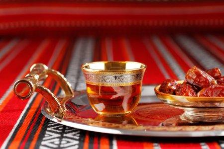 Photo pour Icône tissu abrien est orné de symboles de l'Arabie, en particulier le thé arabe et les dates, ils symbolisent l'hospitalité arabe . - image libre de droit