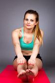 Fitness mladá žena, která dělá cvičení