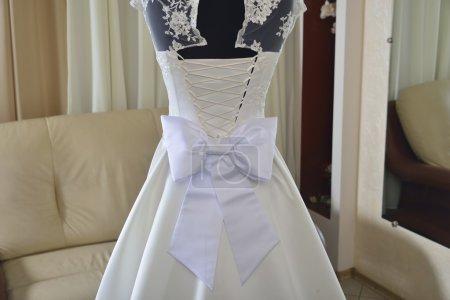 Hochzeitskleid mit weißer Schleife und Korsett