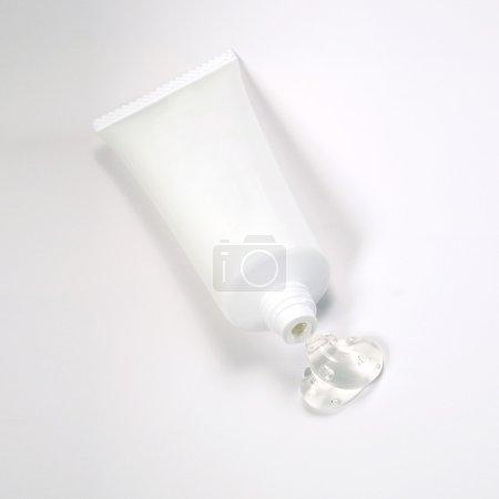 Photo pour Emballage tube sans étiquettes sur fond blanc - image libre de droit