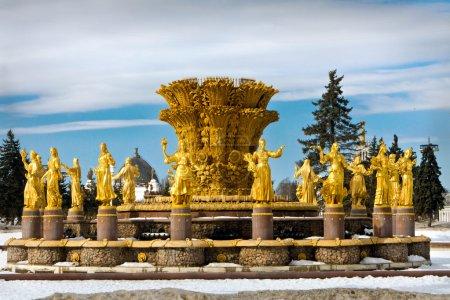 Photo pour Or amitié Fontaine des peuples à Moscou, dans le parc central de l'ère soviétique. Belle journée ensoleillée en hiver - image libre de droit
