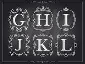 Tabule křída vinobraní kaligrafické písmena v monogram retro rámy, abeceda loga