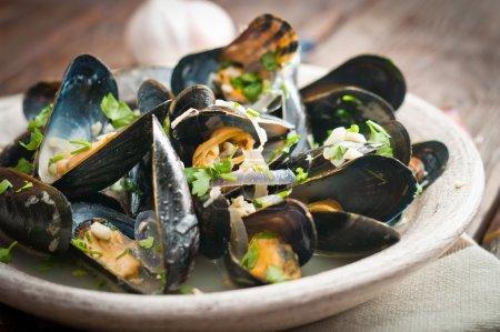 Photo pour Moules marinieres - moules cuites avec sauce au vin blanc. - image libre de droit