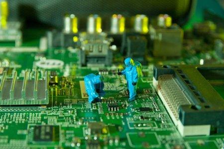 Mann überprüft integrierte Schaltkreise. die Konzepttechnik