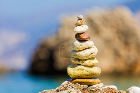 Photo pour Pierres assemblés en un tas, équilibré symbolisant l'équilibre spirituel, méditation - image libre de droit