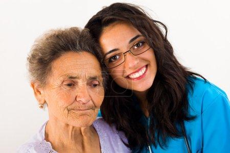 Photo pour Patient âgé avec son infirmière fille grand soin à la maison - image libre de droit