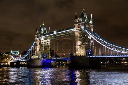 Photo pour Tower Bridge est un pont bascule et suspendu à Londres. Le pont traverse la Tamise près de la Tour de Londres et est devenu un symbole emblématique de Londres . - image libre de droit