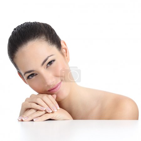Photo pour Beauté femme peau douce visage et les mains avec manucure française isolé sur un fond blanc - image libre de droit