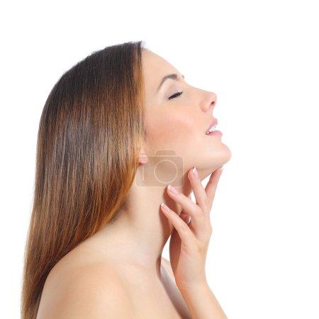 Photo pour Profil d'une belle femme avec une peau parfaite et une manucure isolée sur un fond blanc - image libre de droit