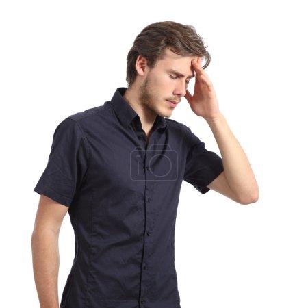 Hombre guapo con dolor de cabeza y la mano en la frente
