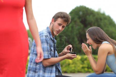 Homme de tricheur triche pendant une demande en mariage