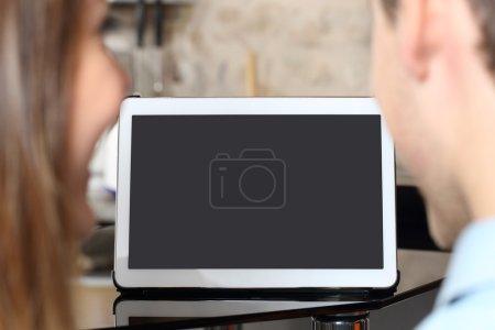 Photo pour Je regarde le couple et montrant un écran de la tablette vide à la maison - image libre de droit