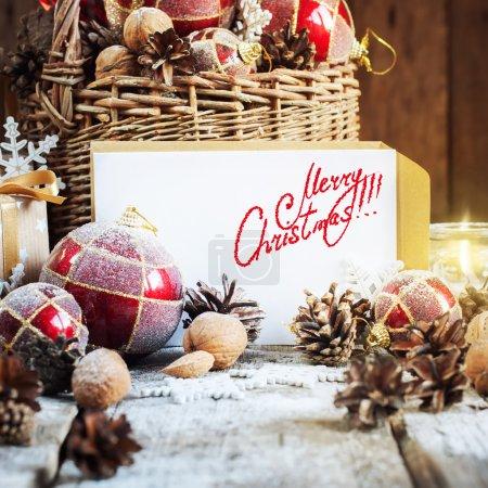 Photo pour Carte avec texte isolé Joyeux Noël sur les jouets de sapin rétro lettre et droits, panier brûlant bougie. Cadeaux en composition de Noël. Texte isolé - image libre de droit