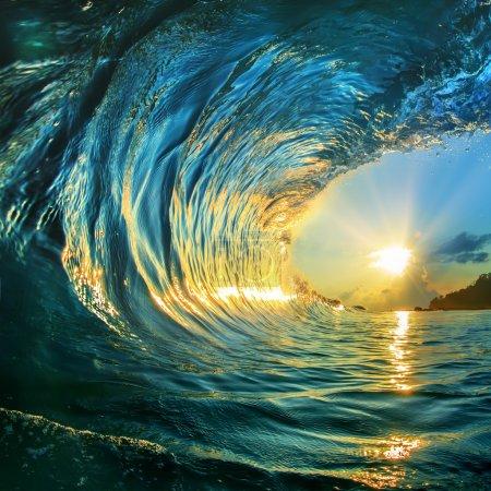 Photo pour Rugueuse de couleur océan vague tombant au moment du coucher du soleil - image libre de droit