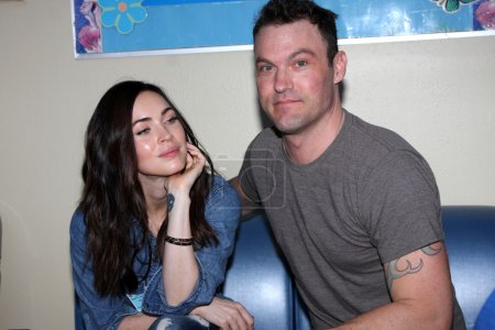 "Photo pour Megan Fox et Brian Austin Green aux ""Stars 4 Smiles"" visitant des enfants à l'hôpital du Harbor-UCLA Medical Center, Torrance, CA 09-16-14 - image libre de droit"