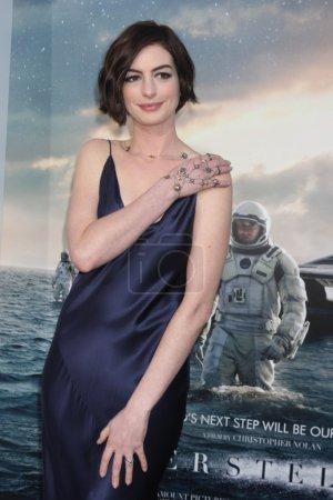 Photo pour Anne Hathaway à la première 'Interstellar' au TCL Chinese Theatre à Hollywood, CA 10-26-14 - image libre de droit