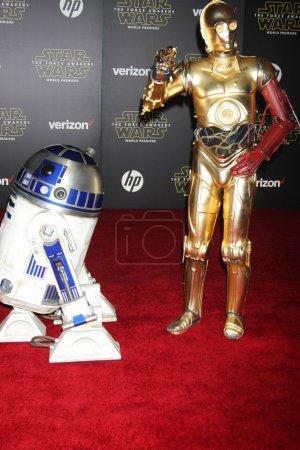 """Photo pour R2-D2, C-3PO à la première mondiale """"Star Wars : The Force Awakens"""", El Capitan, Hollywood, CA 12-14-15 - image libre de droit"""