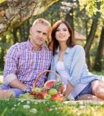 Mladý pár na piknik, jíst ovoce