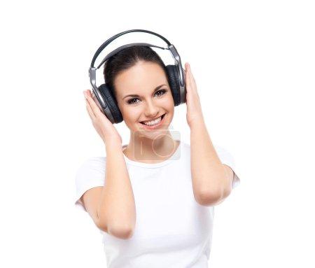 Photo pour Jeune et jolie adolescente à l'écoute de la musique isolée sur blanc - image libre de droit