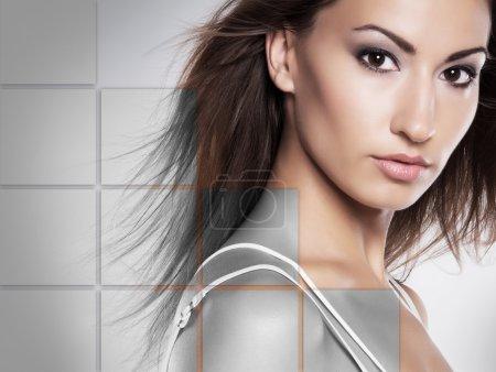 Photo pour Portrait de jeune femme saine et belle (chirurgie plastique, médecine, spa, cosmétique et concept visage) ) - image libre de droit