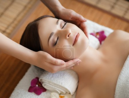 Photo pour Young, beautiful and healthy woman in spa salon. Traditional oriental massage therapy and beauty treatments. - image libre de droit