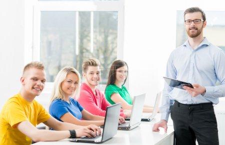 Photo pour Étudiants à la leçon d'informatique et de programmation - image libre de droit