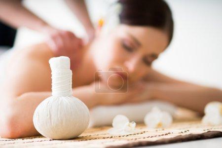 Photo pour Thérapie traditionnelle à l'arôme oriental et soins de beauté avec jeune femme sur fond . - image libre de droit